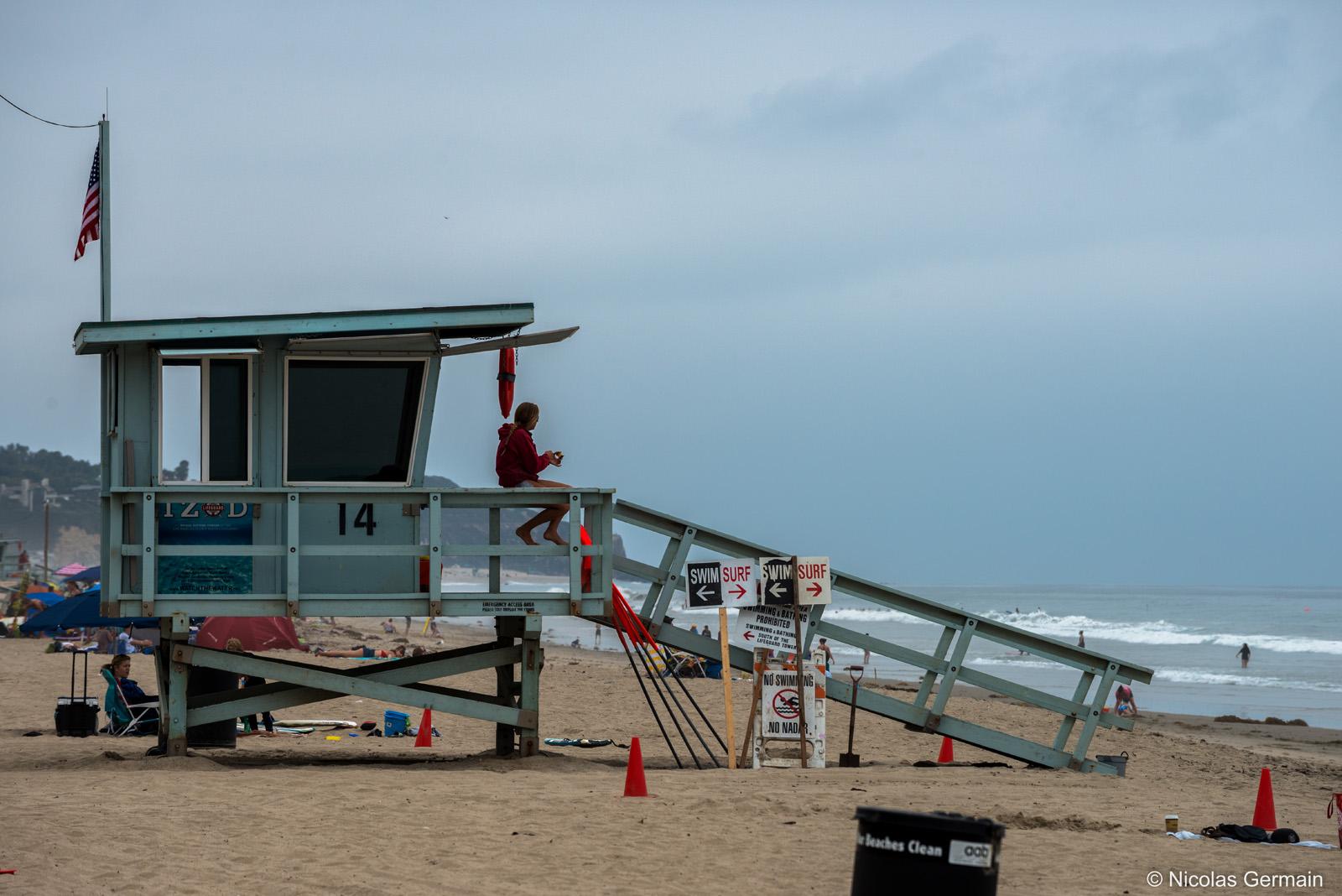 Une sauveteuse sur la plage de Malibu, Los Angeles