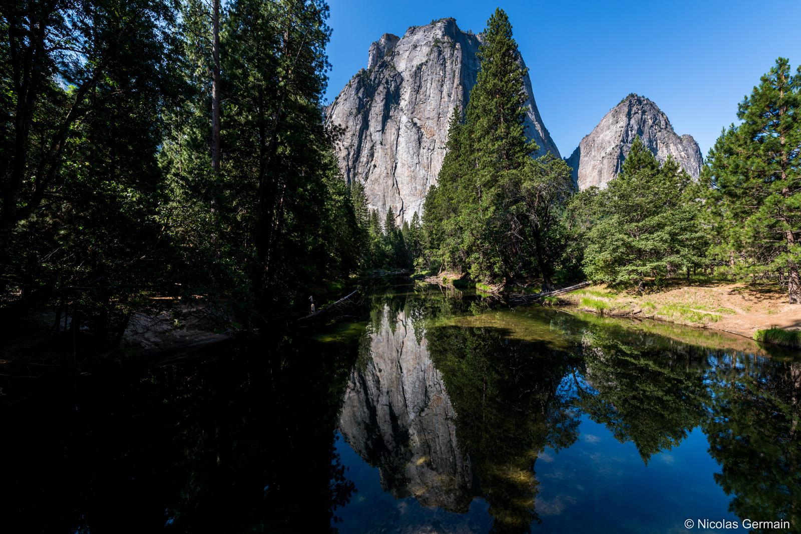 Une falaise de Yosemite se reflète dans la rivière Merced, Californie