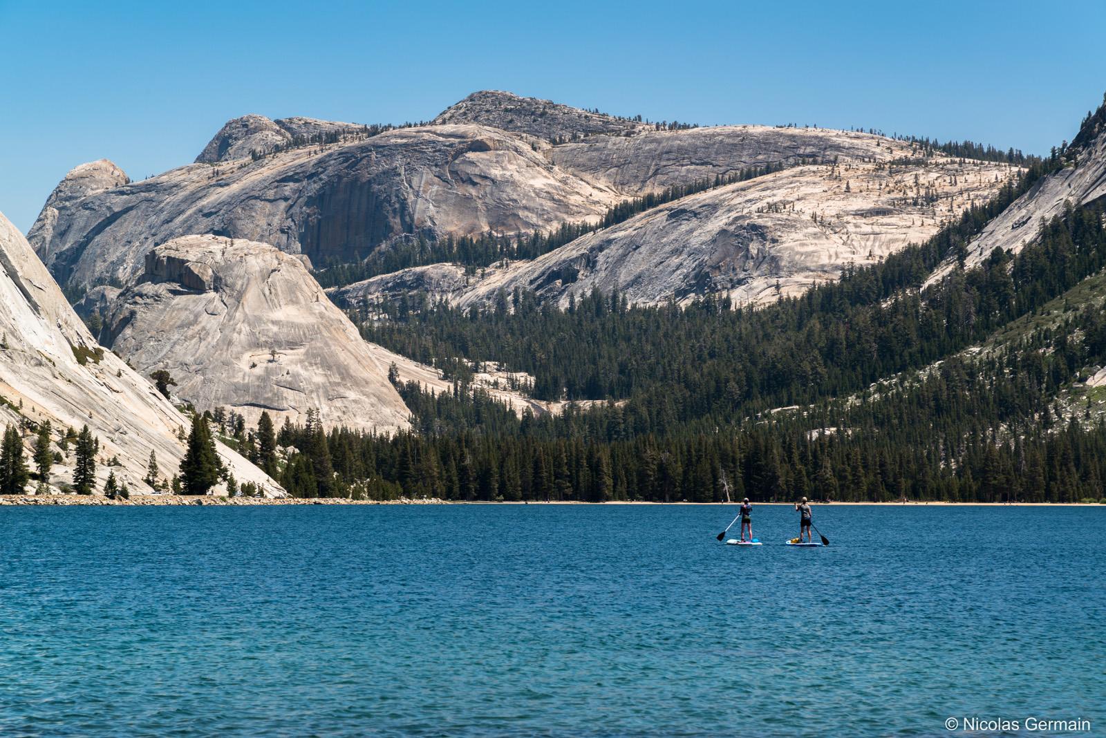 Deux femmes font du paddle sur Tenaya Lake dans Yosemite, Californie