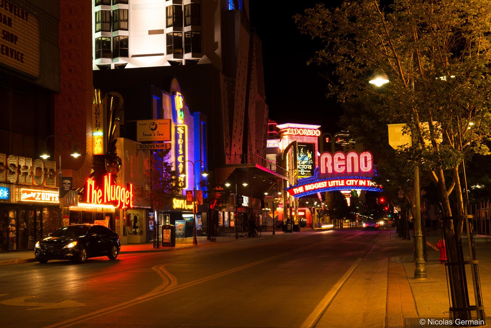 Les rues sont particulièrement vides la nuit dans la ville de Reno