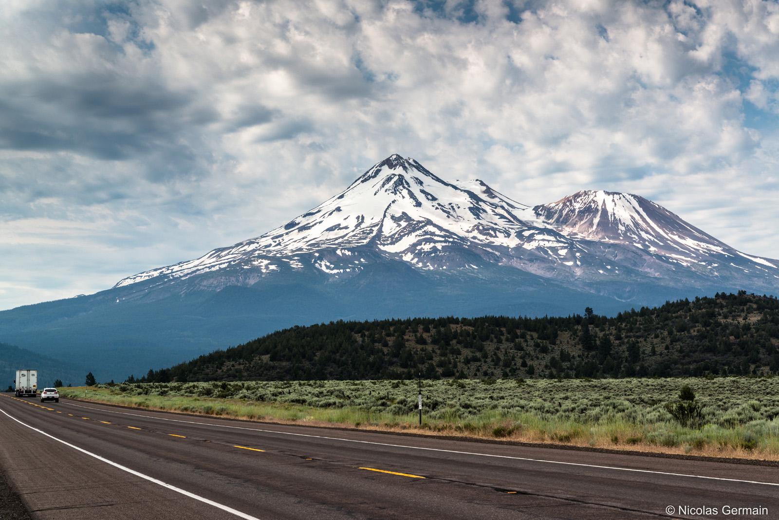 Le Mont Shasta enneigé dans le nord de la Californie