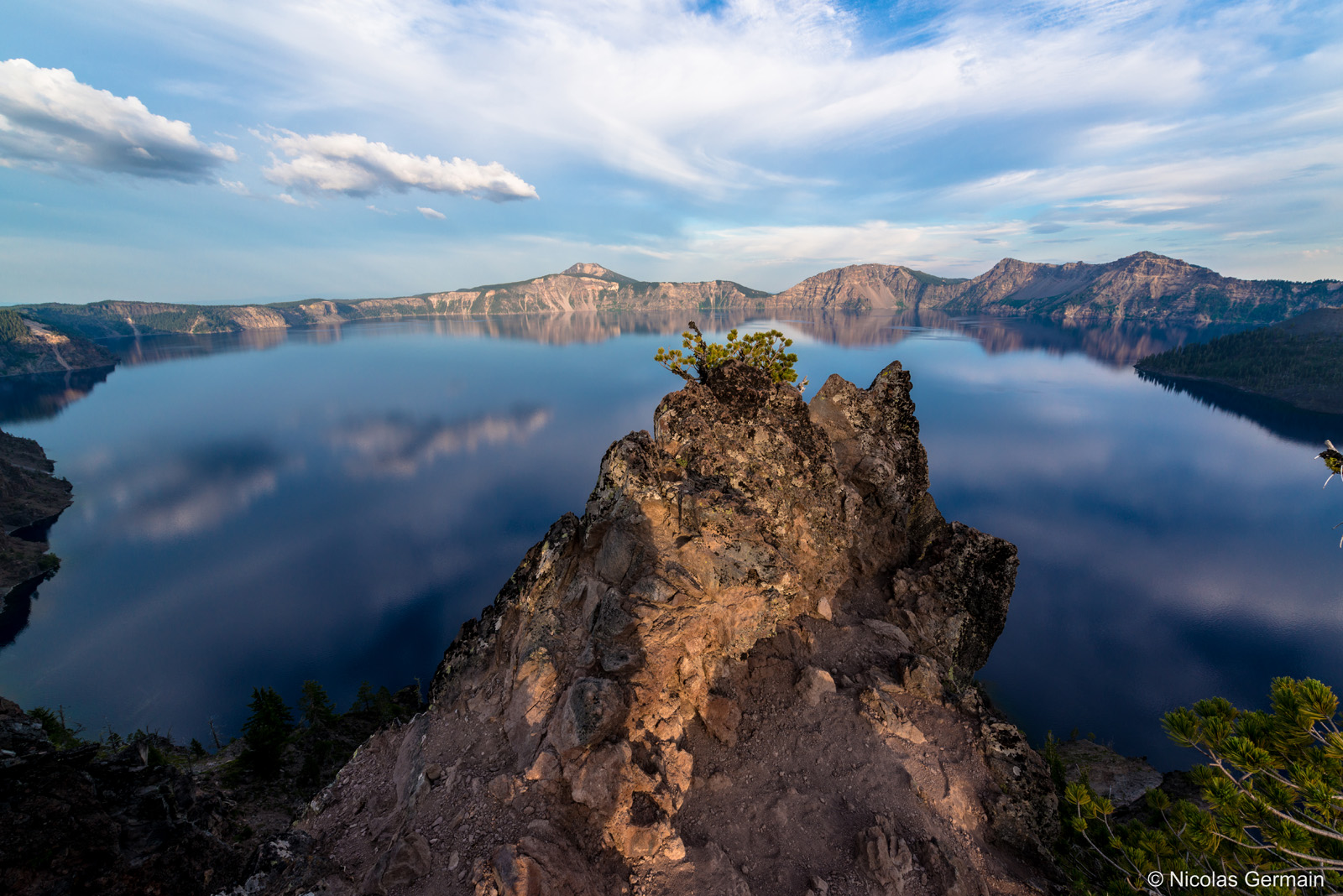 Réflection du ciel dans le lac de Crater Lake, Oregon
