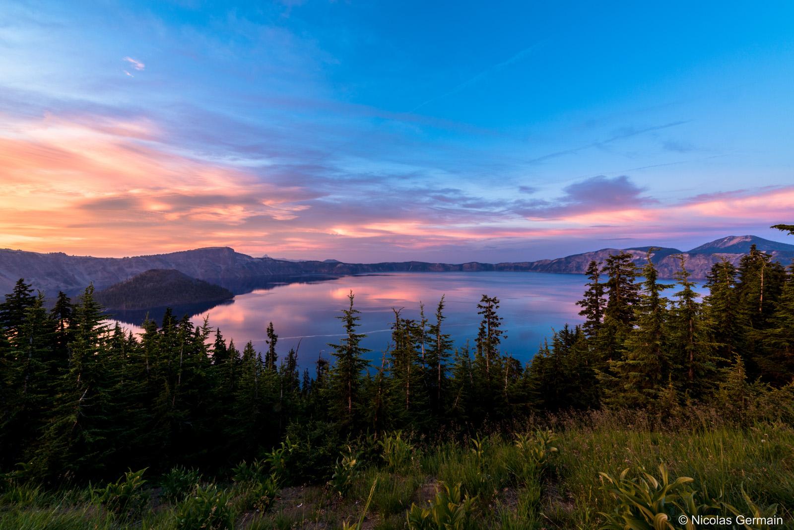 Coucher de soleil à l'heure bleue sur Crater Lake, Oregon