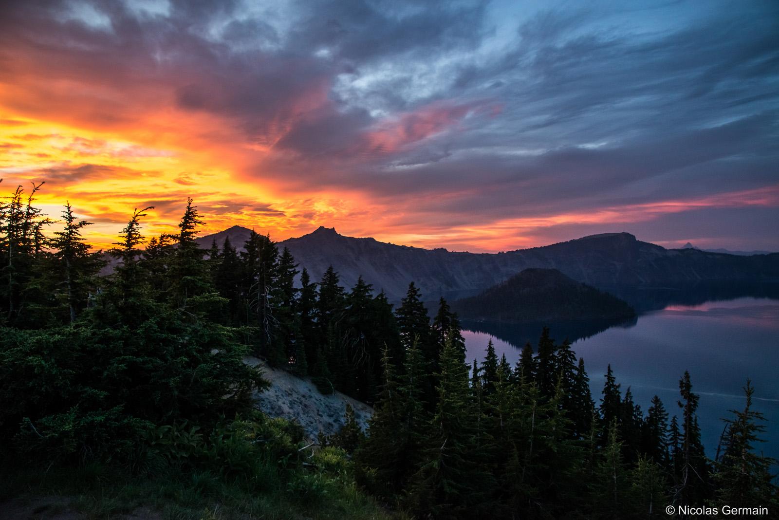 Ciel multicolore au coucher de soleil sur Crater Lake, Oregon