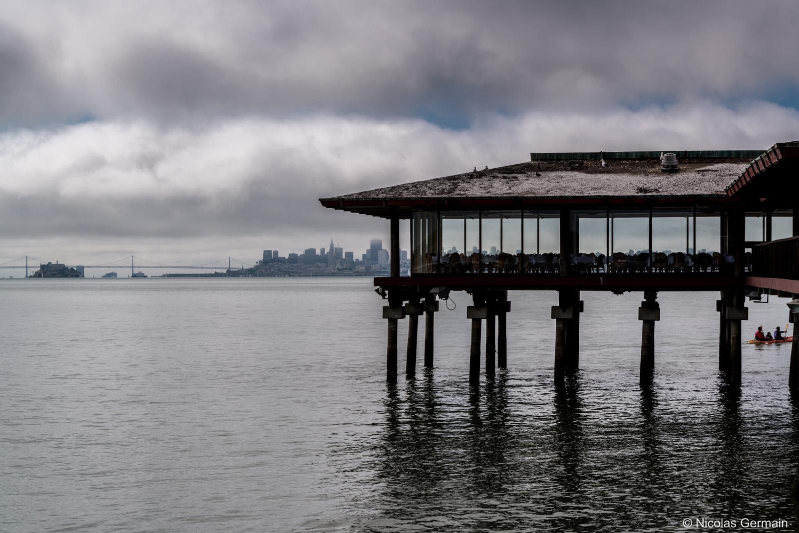 Un restaurant sur pilotis de Sausalito avec vue sur San Francisco et sa baie, Californie