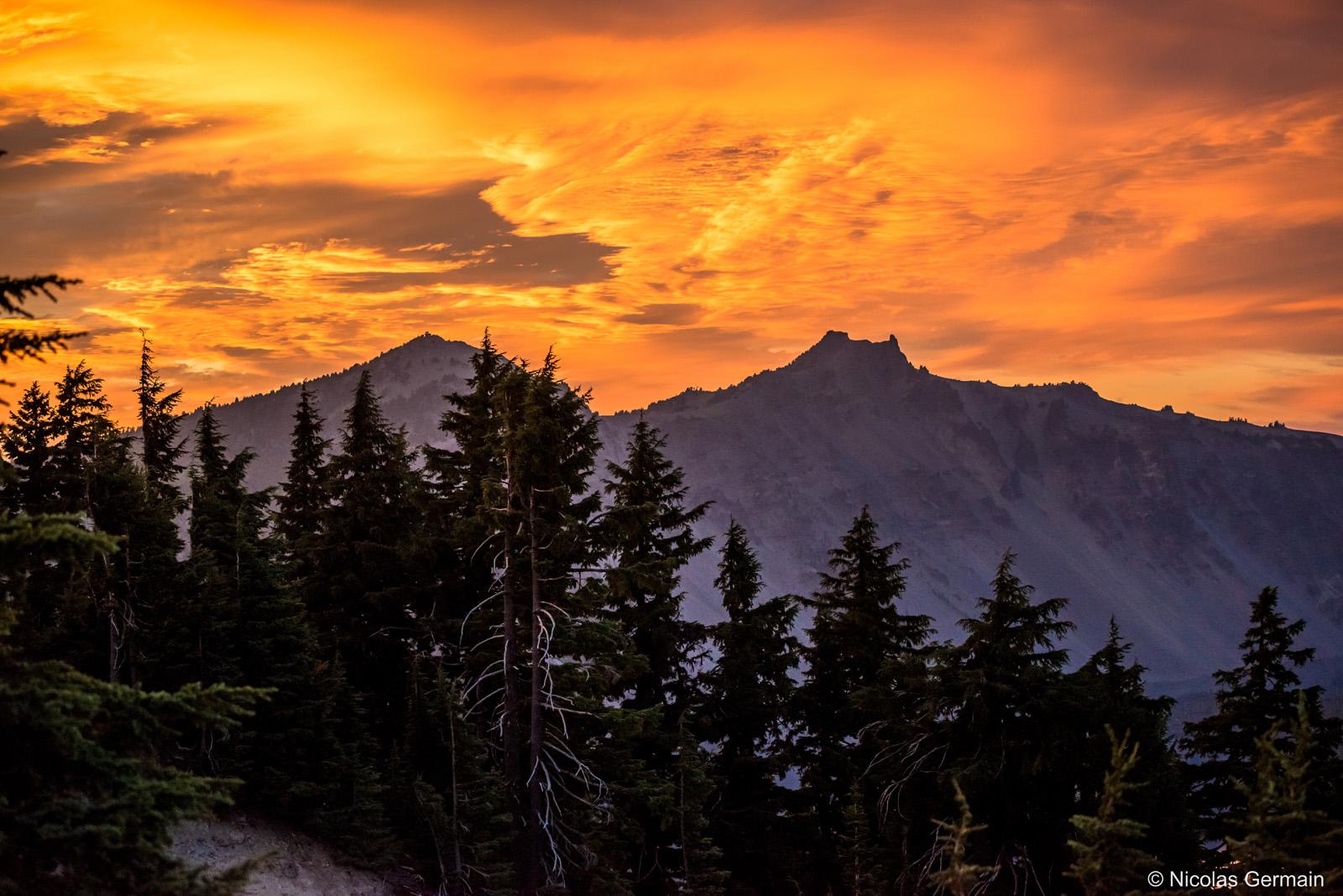 Ciel orangée en fin de coucher de soleil sur Crater Lake, Oregon