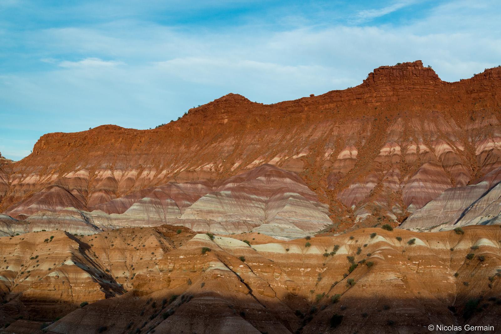 Paysage de badlands multicolores au coucher du soleil à Old Paria, sud de l'Utah