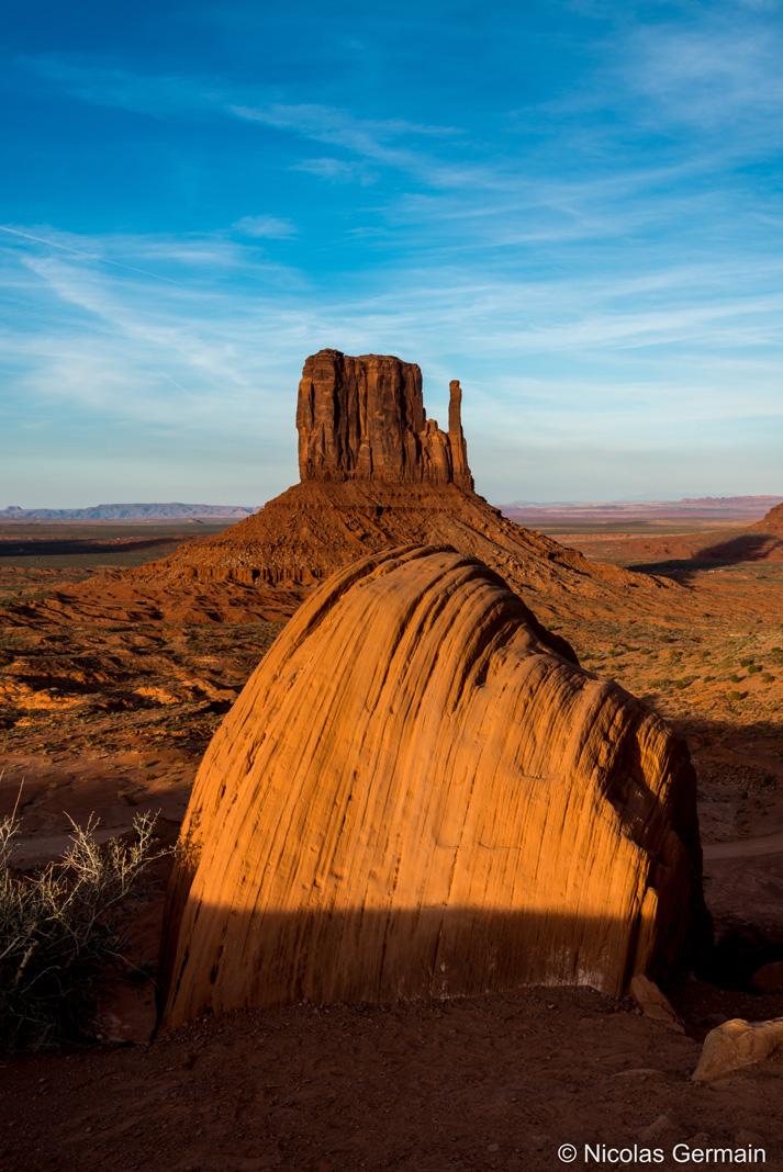 Coucher de soleil sur West Mitten Butte dans Monument Valley