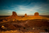 West Mitten Butte, East Mitten Butte et Merrick Butte au coucher du soleil dans Monument Valley
