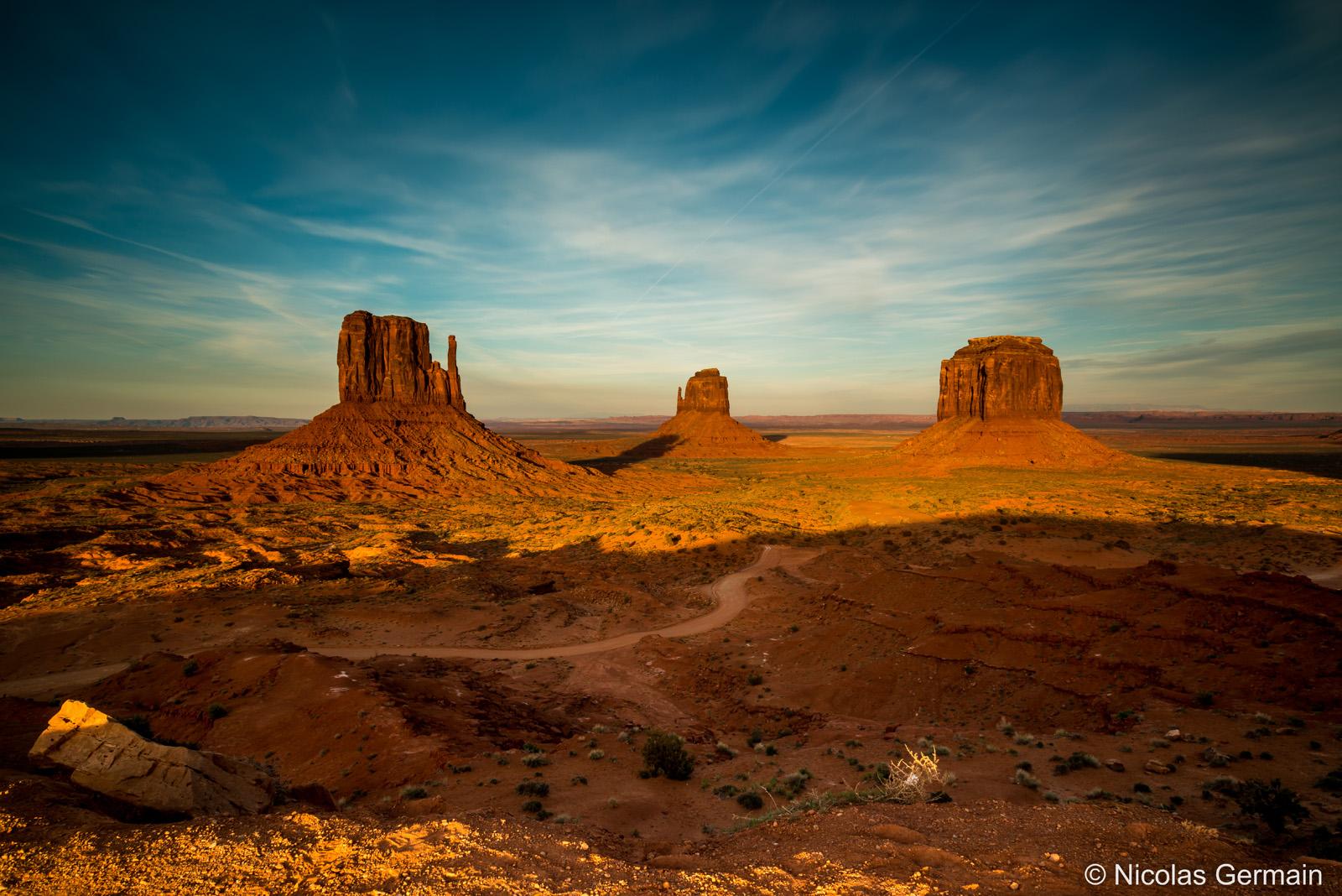 West Mitten Butte, East Mitten Butte et Merrick Butte au coucher du soleil dans Monument Valley
