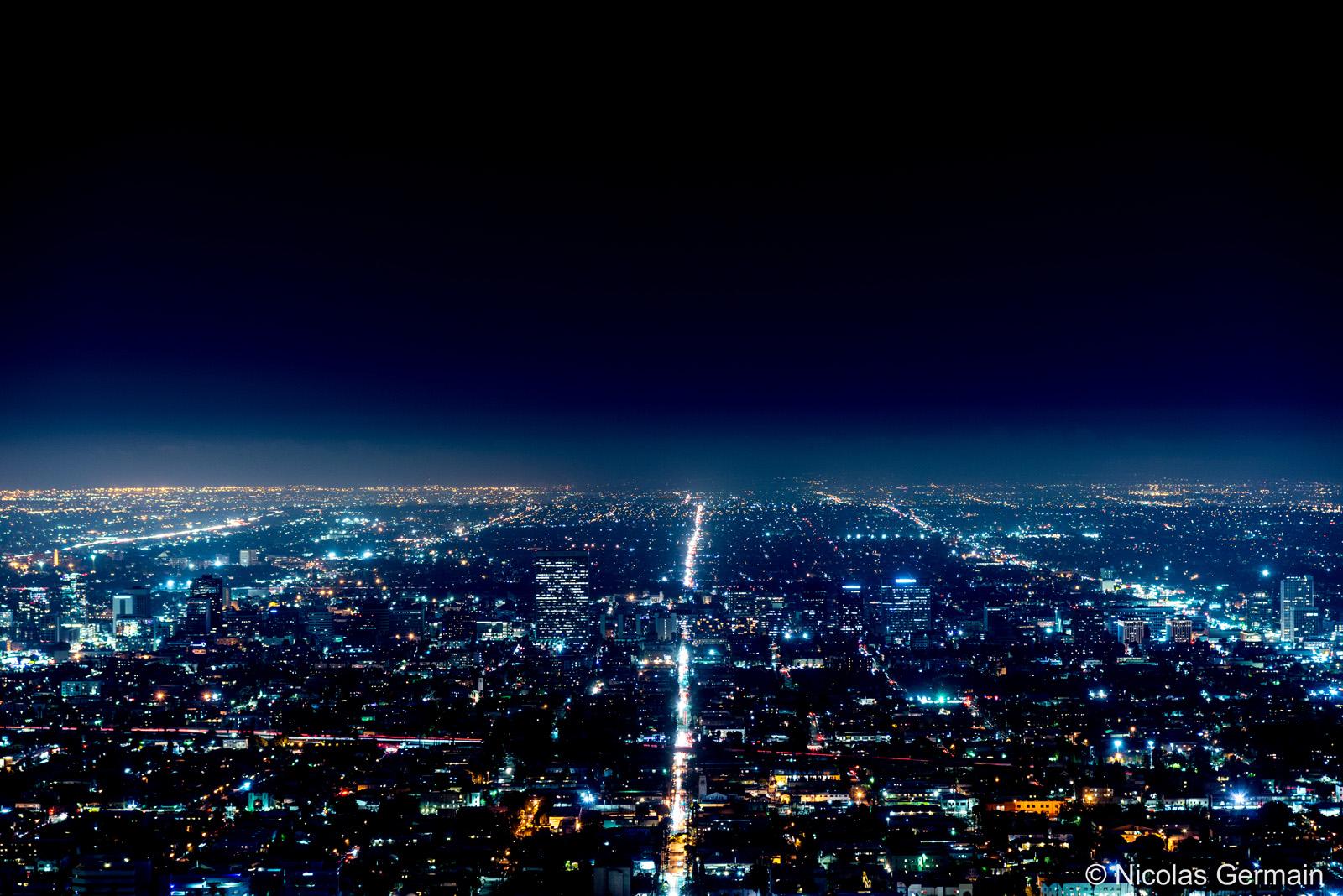 Lumières dans l'immensité de Los Angeles de nuit