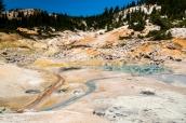 Roches colorées par le soufre et phénomènes géothermiques à Bumpass Hell, Lassen Volcanic National Park