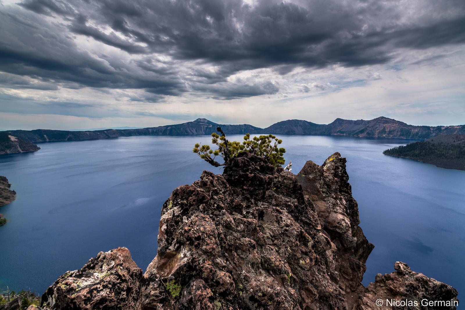 Ciel menaçant au-dessus de Crater Lake, Oregon