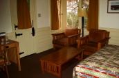 Intérieur d'une chambre avec petit salon dans un chalet du Bright Angel Lodge, Grand Canyon