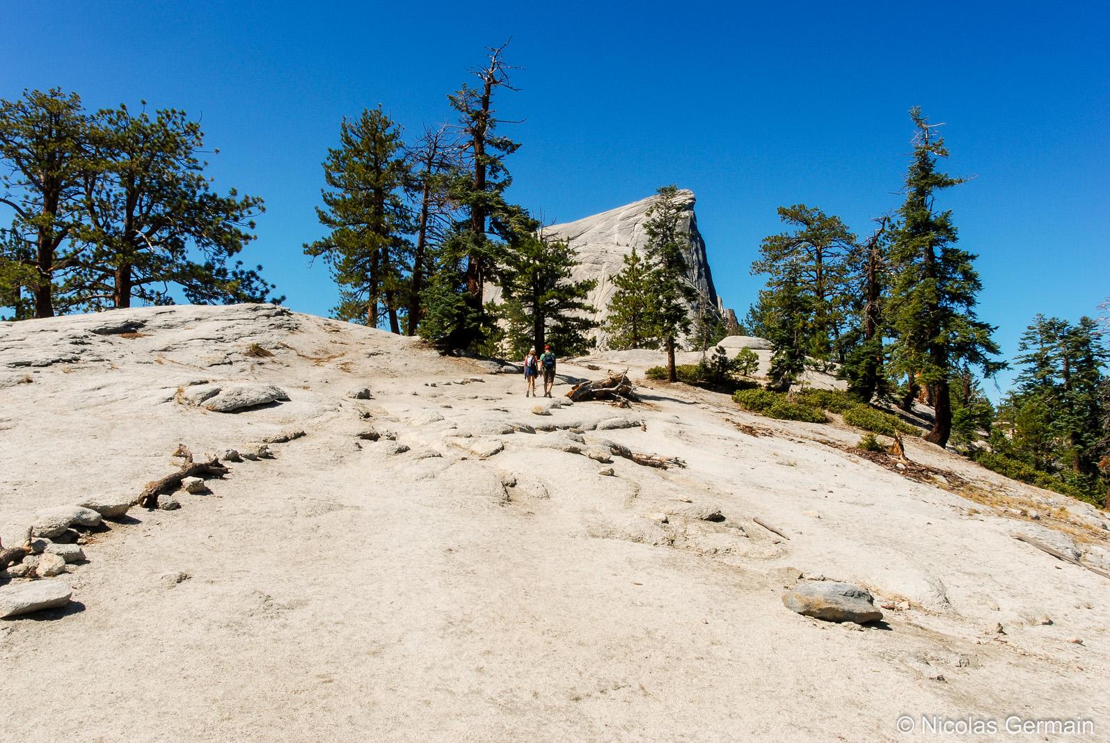 Deux randonneurs en chemin vers le Half Dome, Yosemite