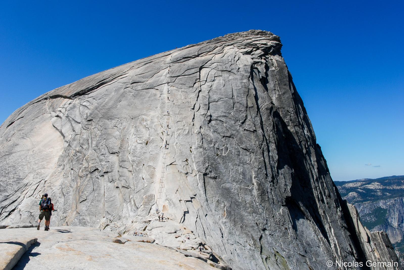 Des randonneurs s'attaquent à la montée finale vers le sommet du Half Dome de Yosemite, Californie
