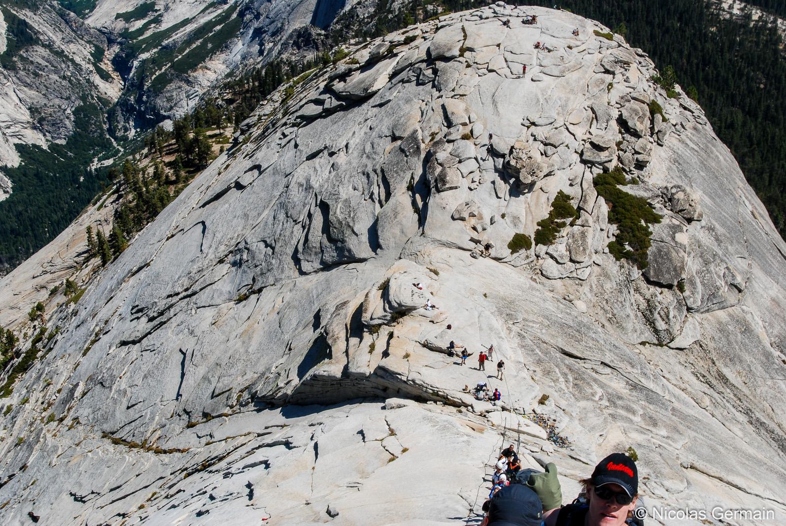 Vue vertigineuse du contrebas prise lors de la montée vers le sommet du Half Dome