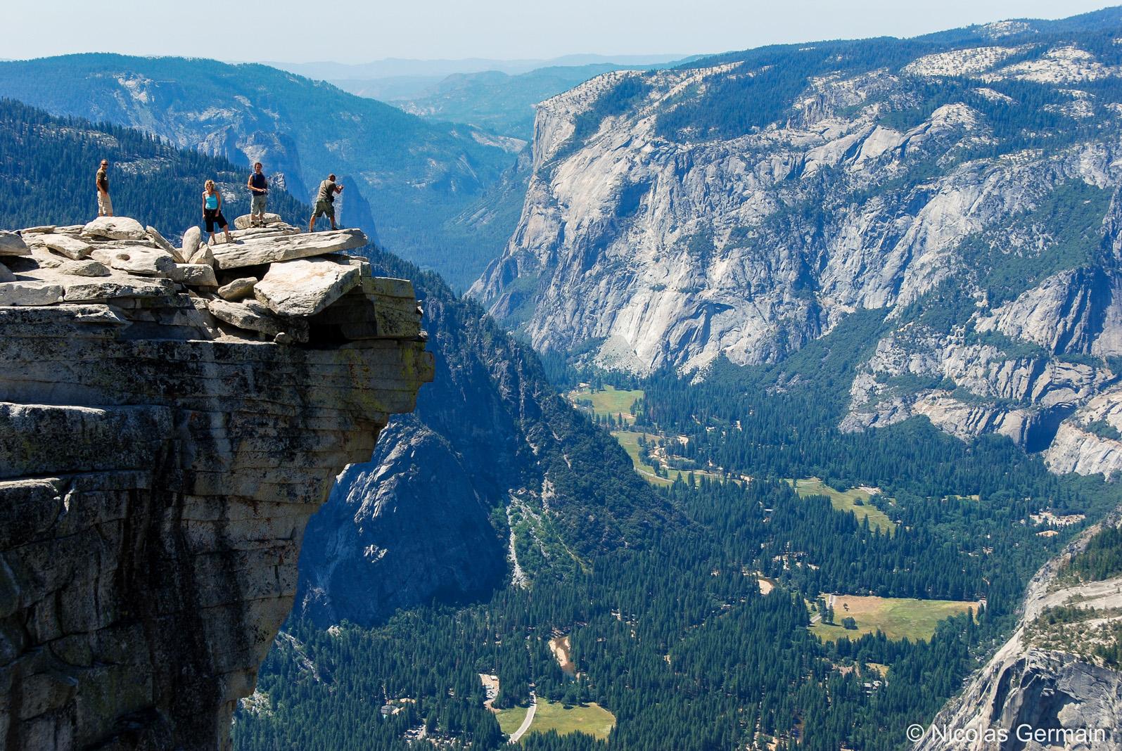 Vallée de Yosemite vue d'un promontoire au sommet du Half Dome