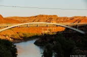 Pont enjembant la rivière San Juan à Mexican Hat au niveau du motel San Juan Inn, Utah
