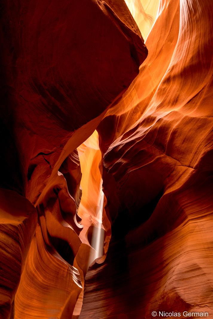 Les rayons du soleil parviennent dans Antelope Canyon en fin de matinée