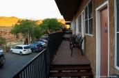 Couloir extérieur donnant sur des chambres du motel San Juan Inn, Mexican Hat