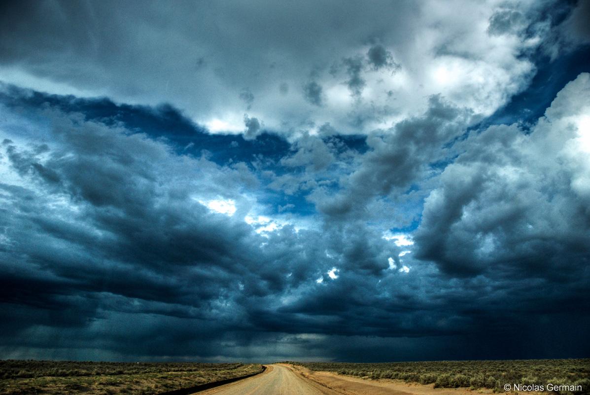 Ciel très menaçant sur une piste aux alentours de Chaco Culture, Nouveau-Mexique