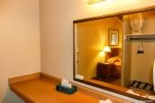 Une aprtie d'une chambre et d'une salle de bain de Yosemite Valley Lodge
