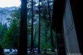 Vue sur les falaises granitiques de Yosemite à partir de l'hôtel Yosemite Valley Lodge
