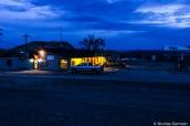 Le restaurant Big Bend Cafe appartenant à Big Bend Resort & Adventures, vu de nuit