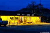 Le restaurant Big Bend Cafe de nuit, près de Terlingua, à l'entrée nord de Big Bend National Park, Texas