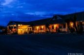 Vue extérieure de nuit du Motor Inn, le motel de Big Bend Resort & Adventures