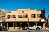 Vue extérieure de l'hôtel Overland dans la ville de Pioche, Nevada