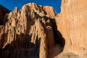 Entrée dans l'un des slot canyons de Cathedral Gorge, permettant de se balader entre les falaises
