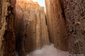 Balade dans les galeries formées par les falaises de Cathedral Gorge State Park à Canyon Caves