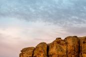 Vue sur la falaise entourant le camping de Chaco Culture au lever du soleil