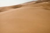 Des randonneurs laissent leurs traces de pas dans le sable de Great Sand Dunes, Colorado