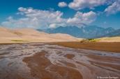 Medano Creek presque à sec au mois de septembre et les montagnes Sangre De Cristo dominant les dunes de Great Sand Dunes
