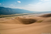 Vue sur les montagnes, la plaine et les dunes du haut de High Dune, l'une des plus hautes dunes de Great Sand Dunes National Park