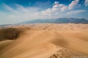Vue sur la mer de sable et les montagnes Sangre de Cristo du haut de Star Dune, la plus haute de Great Sand Dunes National Park