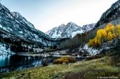 Maroon Bells et son lac à mi-octobre, avec quelques trembles ayant encore des feuilles aux couleurs automnales, Colorado