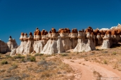 Hoodoos rouges et blancs de Blue Canyon se dressant au bord de la piste, Arizona