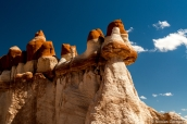 Dans Blue Canyon, la roche semble parfois prendre la forme de champignons rouges et blancs