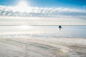 Une voiture tente de rouler sur la surface inondée de Bonneville Salt Flats