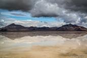 Symétrie et reflet des montagnes à Bonneville Salt Flats après des pluies records