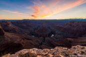 Ciel de fin de coucher de soleil sur Tatahatso au niveau de Point Hansbrough Overlook dans Marble Canyon, Arizona