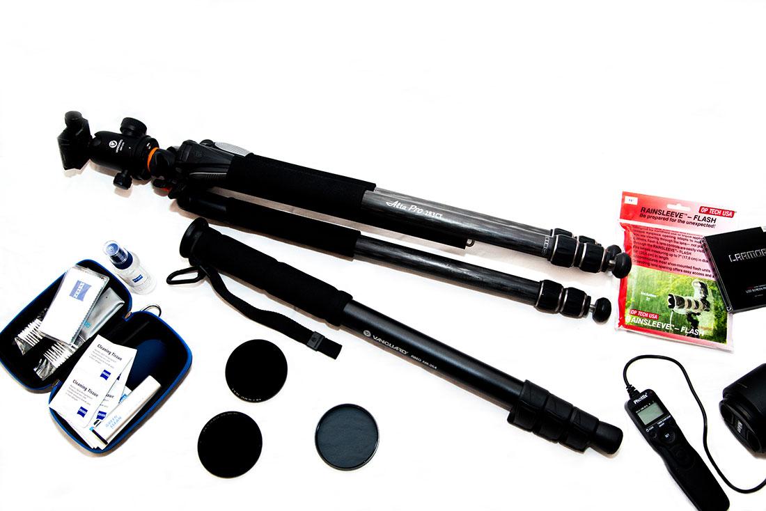Quelques accessoires à emporter en voyage parmi lesquels un trépied, une télécommande ou des filtres d'objectifs