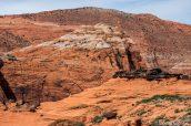 Des randonneuses font une pause à Hidden Pinyon Overlook pour profiter de la vue sur Snow Canyon