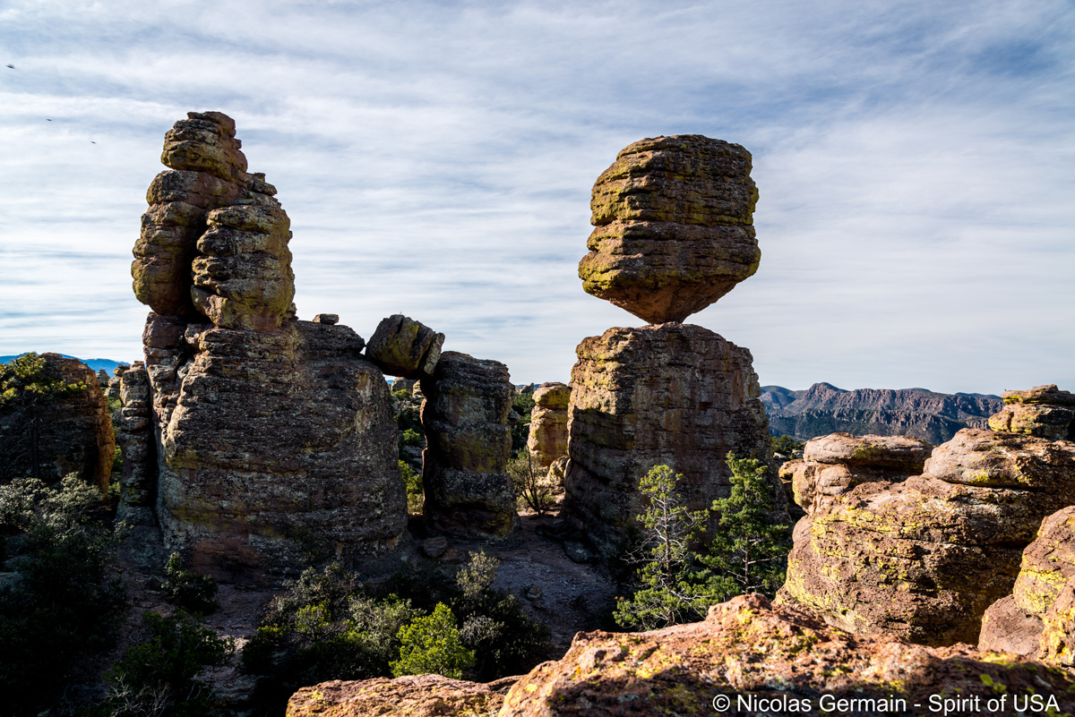Rocher en équilibre très précaire au bout de Big Balanced Rock Trail, Chiricahua