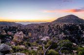 Paysage de Chiricahua et Sugarloaf Mountain pendant l'heure bleue