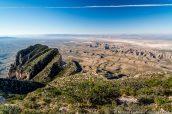 Panorama sur les étendues de l'ouest du Texas avec El Capitan au premier plan vus du sommet de Guadalupe Peak, Guadalupe Mountains